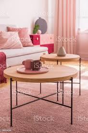 pastell rosa und burgund kaffeetassen auf dem couchtisch aus holz in bunte wohnzimmer interieur stockfoto und mehr bilder behaglich