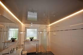 bad renovieren mit grauer decke in glänzend led lichtkanal