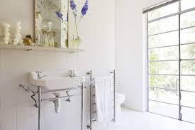 waschbecken und handtuchhalter im rustikalen badezimmer
