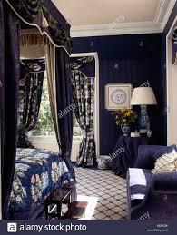 schlafzimmer mit gemusterten teppich und dunklen blauen