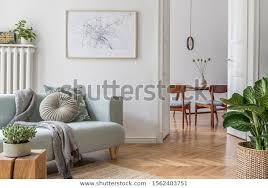 stilvolles skandinavisches wohnzimmer mit design minzsofa