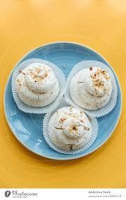 süßer kuchen mit weißem baiser im restaurant ein