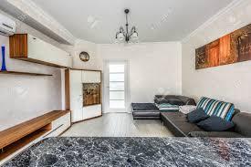 stock foto weiße wohnung innenarchitektur wohnzimmer und küche mit bar moderner stil