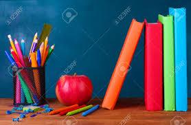 arriere plan de bureau composition de livres de papeterie et une pomme sur le bureau de l