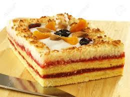 süßer kuchen mit marmelade und köstlichkeiten