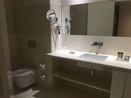 chambre et chambre et salle de bain spacieuses et propres picture of