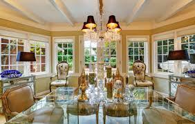 schöne viktorianischen stil esszimmer interieur mit glastisch traditionelle alte antike stühle und vintage klassische design kronleuchter northwest