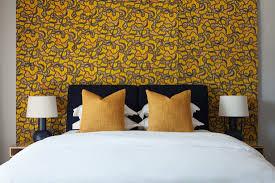 schlafzimmer in schwarz weiß und gelb bild kaufen