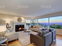 warmes licht braun wohnzimmer mit panoramafensteransicht stockfoto und mehr bilder architektur