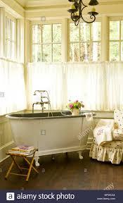 altmodisches freistehende badewanne in der ecke