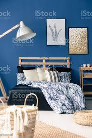 dunkel blaue schlafzimmer stockfoto und mehr bilder bett