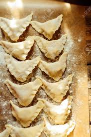 herstellung pierogi mit kartoffeln vareniki russisches essen rustikaler stil vareniki knö pierogi vor dem kochen traditionelle