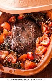 braisiertes rindfleisch in einem erdgeschirr traditionelle