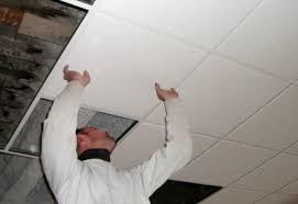 j installe un faux plafond dans du béton