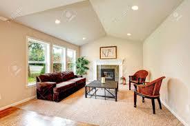 helle tropische wohnzimmer mit gewölbter decke elfenbein holz und korb tisch stühlen und kamin