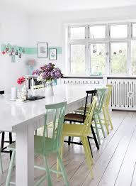 bunte sprossenstühle am tisch im bild kaufen 12833014