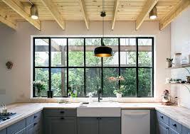 fenetre de cuisine decoration cuisine fenetre idées de design de maison