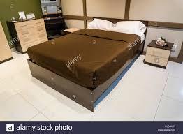 schlafzimmer innenausstattung großes bett decke braun und
