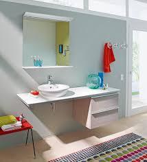farbakzente im bad beistelltisch hocker teppich