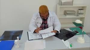 le sexe au bureau médecin de sexe masculin épuisé tombant dort sur des documents
