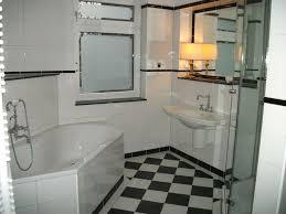 klassisches bad in schwarzweiß boden schachbrett wände