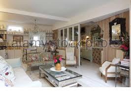 eine moderne offene wohnzimmer mit essbereich gepolstertes