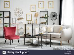 wein roten sessel metall tische und beige sofa stehen auf