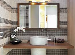 detail der möbel für das obere waschbecken im modernen badezimmer und großer spiegel mit holzrahmen