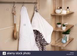 weißes frotteehandtuch bürste und bademantel aufhängen an