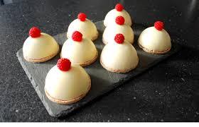 dessert aux fruits rapide dôme chocolat blanc mousse fruits rouges coulis de framboises et