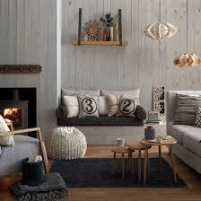 wohnzimmer grau mit holzbrettern wandverkleidung freshouse