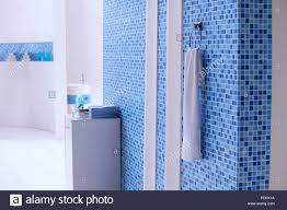 ein weißes handtuch hängen auf der blauen mosaik fliesen
