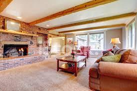 wohnzimmer interieur mit gemauerten kamin holz balken und