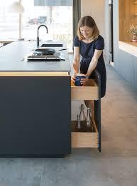 ein großer wohnbereich theke als raumteiler nr küchen