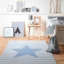 tapis chambre enfant garcon tapis etoile rayures bleu par belly button chambre enfant garçon