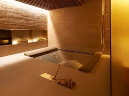 goldene armaturen am whirpool luxusbadezimmer luxusbad