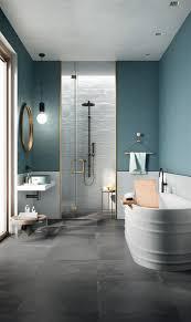 blau ideen modern metrofliesen badewanne gold trendfarbe