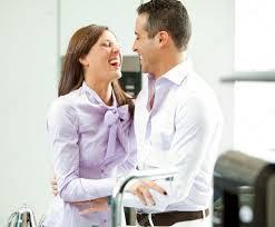 couples amour cuisine heureux en amour dans la cuisine à domicile