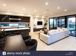 moderne wohnzimmer und essbereich neben terrasse eingang