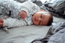 sicher und entspannt schlafen mit baby im familienbett