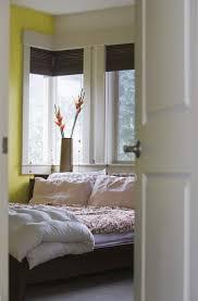 schlafzimmer mit blumen in der vase durch tür in seattle
