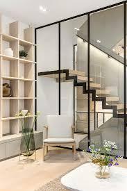 sessel an der glaswand zur treppe im bild kaufen