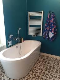 eine stehende badewanne ist etwas besonderes in diesem