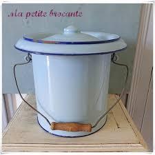 pot de chambre ancien ancien pot ou seau de chambre émaillé bleu ma brocante