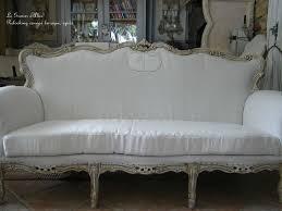 canapé shabby chic un salon baroque qui prend un coup de shabby le grenier d