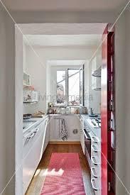 blick durch offenen durchgang in schmale moderne küche