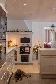 weihnachtlich dekorierte weiße küche mit bild kaufen