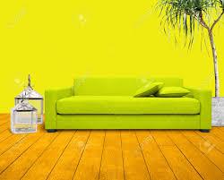 wohnzimmer mit gelben wand und grünen