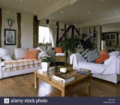 landhausstil wohnzimmer mit balken hartholz stock sofas