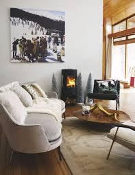 This Chalet Style Living Room Seriously Works The Modern Rustic Look A Roaring Fire Christmas Decorating